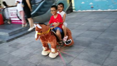 儿童游乐场设备玩具视频大全 骑马真有趣萌宝小萝莉和哥哥骑马 谁跑的比较快