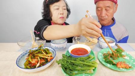 《韩国农村美食》老夫妻俩吃晚饭,饭食虽然简单,俩人却吃的都很香