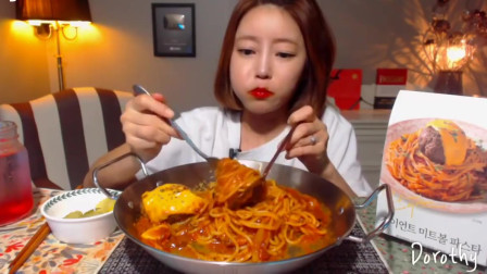 《韩国夜宵美食》大肉丸意大利面,配上香气十足的西红柿酱,小姐吃的眉开眼笑