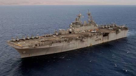 伊朗已被四面包围,美军再派出一艘4万吨巨舰,总统下令随时反击