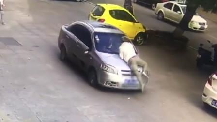 发现妻子乘坐异性车 吉林男子追车砸玻璃被顶行4公里