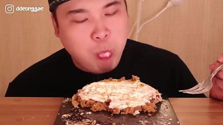 韩国大胃王胖哥,吃提拉米苏蛋糕,看看这吃法,吃的太香了