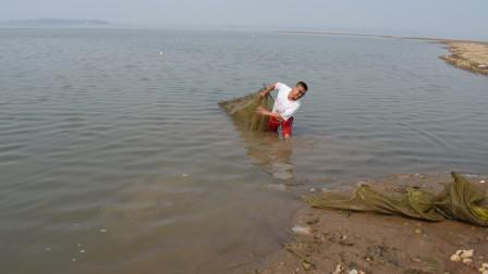 农村小伙发现个废弃地笼,从里收获了十几斤野味,可把小伙乐坏了
