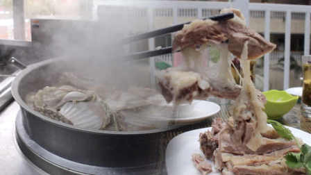 西北风情手抓羊肉,必须就蒜喝三泡台!美女:我可吃半斤