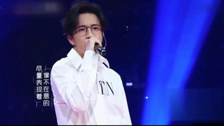 薛之谦深情演唱《绅士》开口就被惊艳到了,台下粉丝尖叫不已