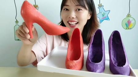 """妹子吃""""创意高跟鞋巧克力"""",尖尖鞋跟色彩亮丽,香甜浓郁好美味"""