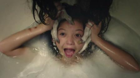 女孩以为妈妈在帮她洗头,睁眼一看,发现这双手竟不是人