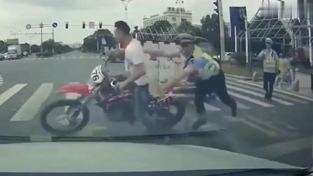 电瓶车鬼探头还怒吼:你眼瞎?怎么开的车!司机怒怼:活该被撞死