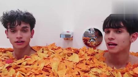 哥俩在薯片中泡澡,边吃边洗澡,吃货们是不是羡慕了