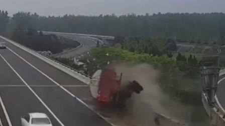 货车司机疲劳驾驶 撞断护栏险些翻下高架桥