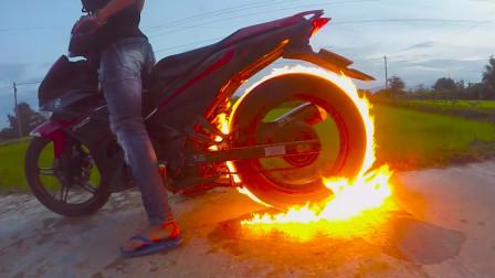 小伙在摩托车轮上浇汽油,点燃之后太刺激,你敢尝试吗?