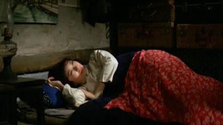 美女跟两男子同睡一个屋,不料小伙半夜醒来,偷偷看着美女
