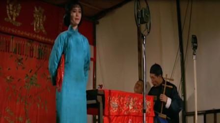 日军请美女到舞台唱戏,不料美女一开口,台下的日军脸都绿了