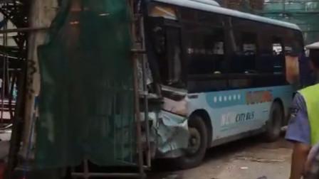 公交车失控撞上在建房屋 乘客带行李跳窗逃生