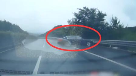 """小车雨天超速 高速上""""漂移""""360度转圈圈"""