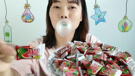 美食拆箱,妹子吃趣味零食,西瓜泡泡糖里藏果冻,香甜吹泡乐趣多