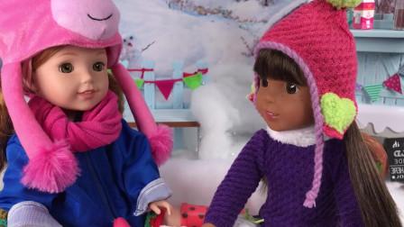 乐绒小窝!芭比娃娃在雪地里和朋友一起打雪仗,一起弄热巧克力架!