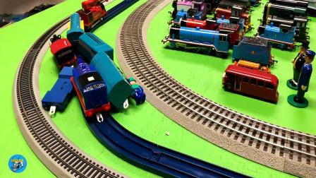 好多辆托马斯火车头和车厢客车搬运货物车厢,儿童玩具亲子互动