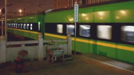 """绿色车皮的""""复兴号""""动车出站加速,这颜色看着太酷了!"""