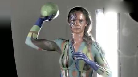 第一次看到这么漂亮的人体彩绘,摆的造型很酷啊,美极了!