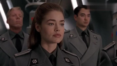 星河战队,同时参军的三人再聚首,一个已是中校,另一个才被提拔