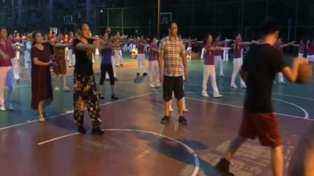 广场大妈与篮球小子的战争,胜负已成定局!