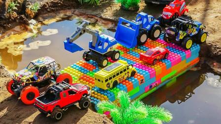 赛车吉普车搭建漂亮又稳固的彩色积木桥