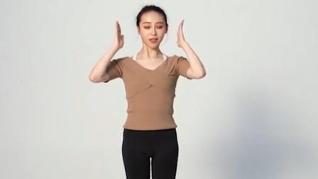 动脖子左右不能是一样的力量,手合理的运用起来,小姐姐亲自示范