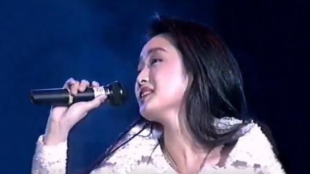 21岁的杨钰莹长啥样?这首新加坡现场版《弯弯的月亮》就是答案