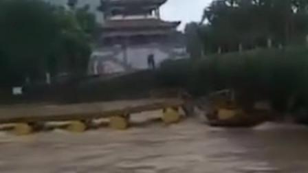 浮桥下大雨时被冲垮 官方:闲置浮桥无人员伤亡