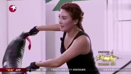 周韦彤跟张雨绮两美女健身房健身,大秀傲人的身材