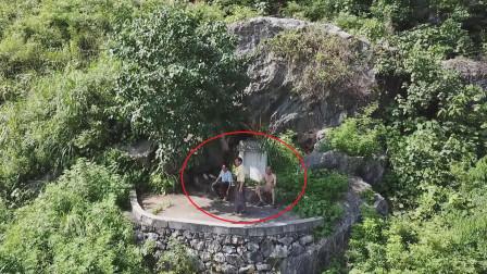 山上如此神秘墓地发现3个人,你猜他们到底在干嘛