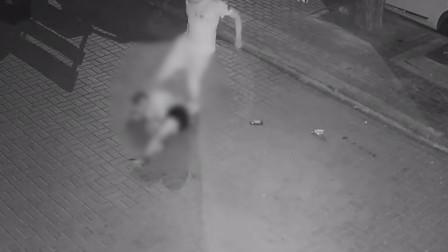 女子深夜遭男子暴打50秒 又被扒衣拖行 网警介入调查征线索