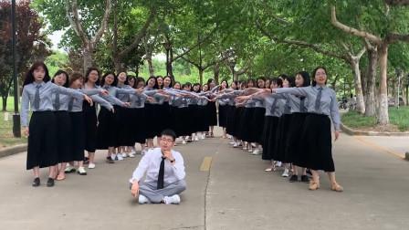 羡不羡慕!唯一男生独占C位与40名女生拍照 男生:我是班上的国宝