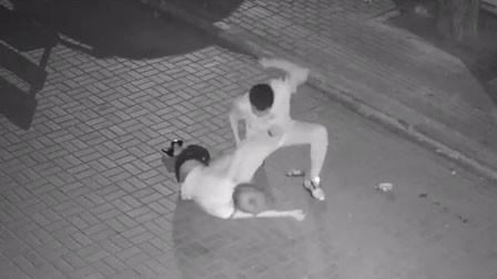 男子当街疯狂踢打女孩后将其拖走 警方征集线索