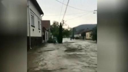 匈牙利北部一村庄突遭洪水侵袭