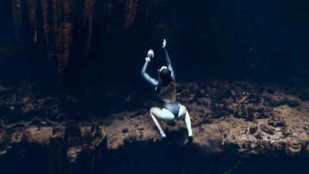 """潜水员在水下玩""""攀爬"""",灵活得像只""""水猴子"""""""