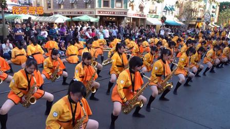 """这支被称为""""橘色恶魔""""的乐队,全程边吹边跳激情四射,引人入胜"""