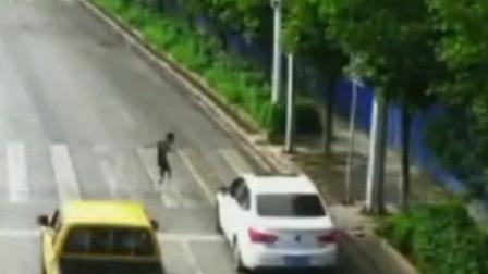 云南一男孩斑马线过路遇快车 侧身回转1秒躲过死神