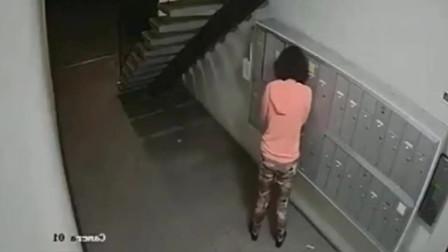 女子半夜一人来到楼道,监控拍下无耻画面