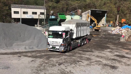 给货车装配上移动货箱后,装卸货物就方便多了