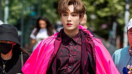李汶翰粉色荧光斗篷亮相 2020春夏男装秀,你怎么看?