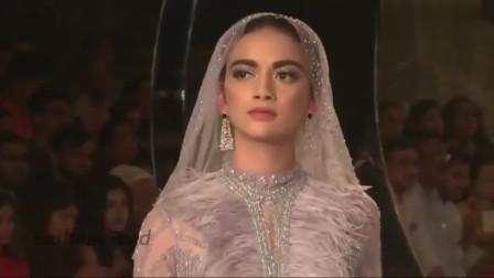"""印度美女模特一身民俗风情服装走秀,自信走出""""六亲不认""""的步伐"""