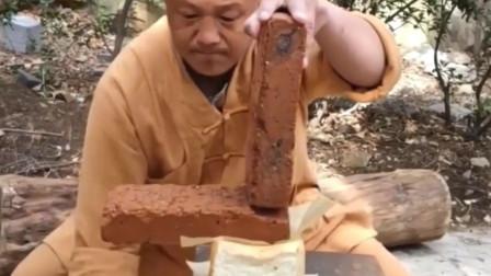 面包上劈砖头,砖断,面包无变形照吃,是真功夫吗?