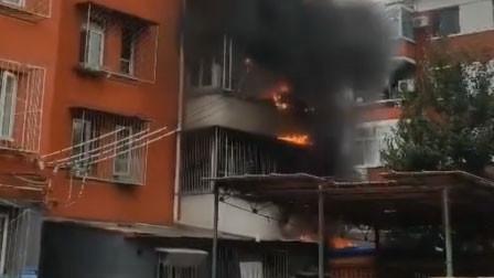 北京朝阳一小区居民楼突发火灾 明火从窗户向外冒出