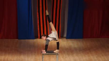 姑娘表演柔术,动作柔美大胆,简直不要太惊艳!太性感了!
