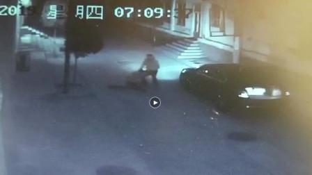 女子深夜回家在街上被陌生男子强行拖拽!...