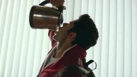 印度小伙天生没痛觉,一喝水战斗力就爆表,一个打10个不在话下
