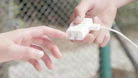 少女体内蕴藏10万伏高压电,不仅能用来捕鱼,还能给手机瞬间充电!几分钟看完奇幻电影《电击女孩》!