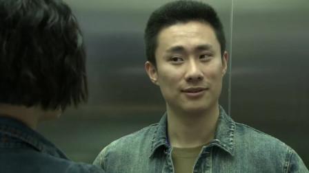 小伙见电梯里有三个美女,想显摆下自己身份,没想三个人带了枪的